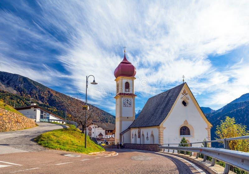 San Pietro di Laion, Bolzano, Itália A igreja fotos de stock