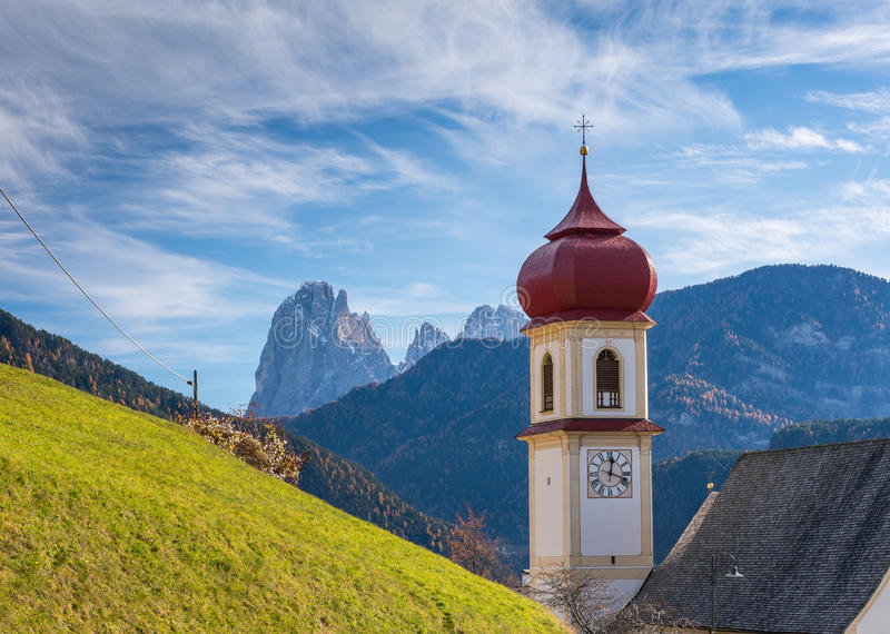 San Pietro di Laion, Bolzano, Itália A igreja fotografia de stock