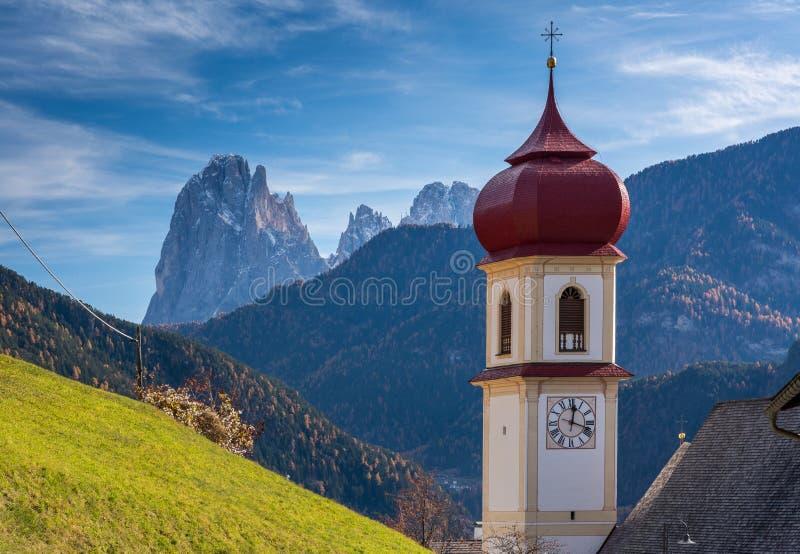 San Pietro di Laion, Bolzano, Itália A igreja fotografia de stock royalty free