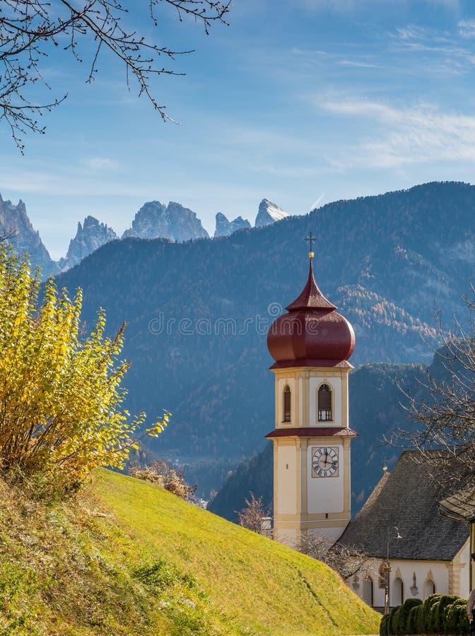 San Pietro di Laion, Bolzano, Itália A igreja foto de stock royalty free