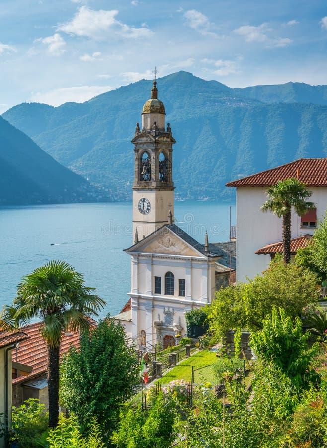 San Pietro e Paolo Church em Nesso, vila bonita no lago Como, Lombardy, Itália imagens de stock