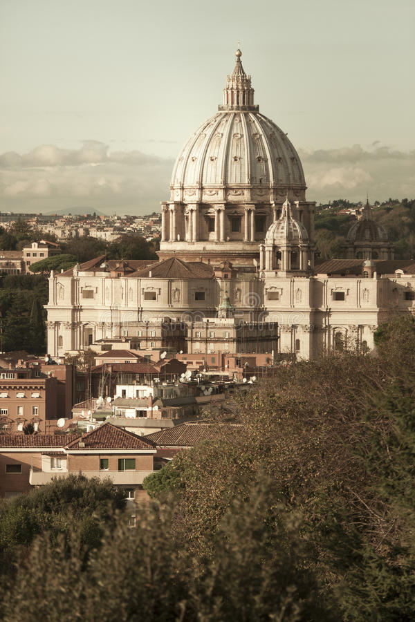 San Pietro (St Peter), Città del Vaticano Siluetta dell'uomo Cowering di affari Belle vecchie finestre a Roma (Italia) fotografia stock
