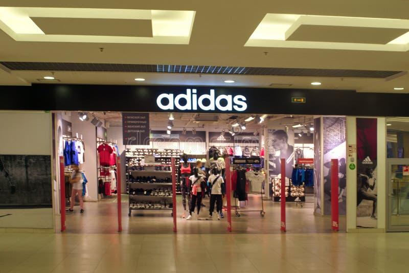 San Pietroburgo, Russia - 8 agosto 2018: Logo Adidas nel centro commerciale Negozio della società fotografie stock libere da diritti