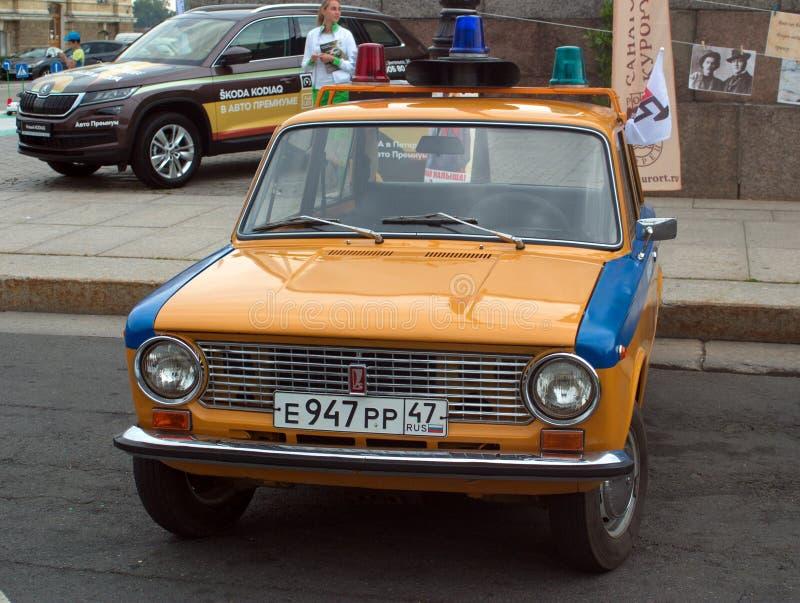 San Pietroburgo, Russia - 25 agosto 2018: Parata di vecchie automobili al quarantesimo anniversario delle discussioni e dei fatti fotografie stock