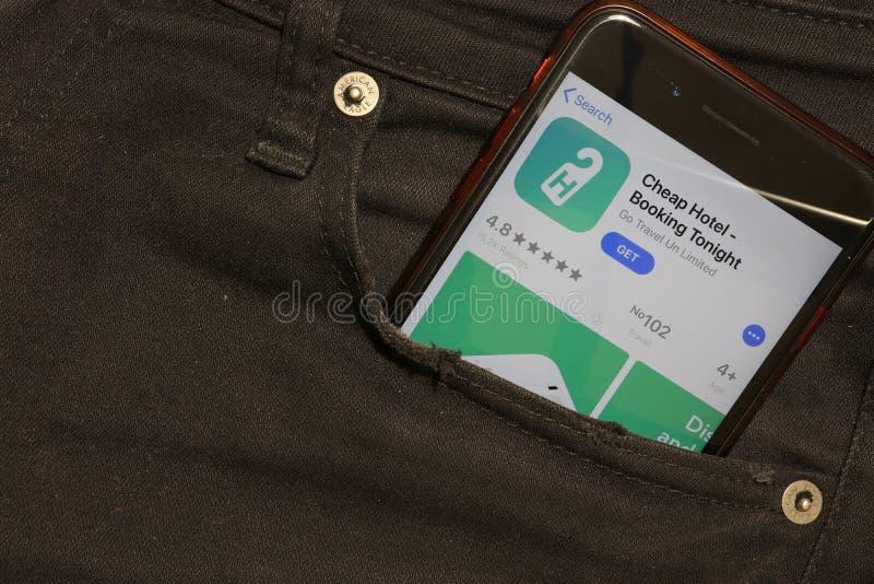 San Pietroburgo, Russia - 6 dicembre 2019: Schermata del telefono cellulare con l'icona Cheap Hotel Booking Stasera in tasca, fotografie stock libere da diritti
