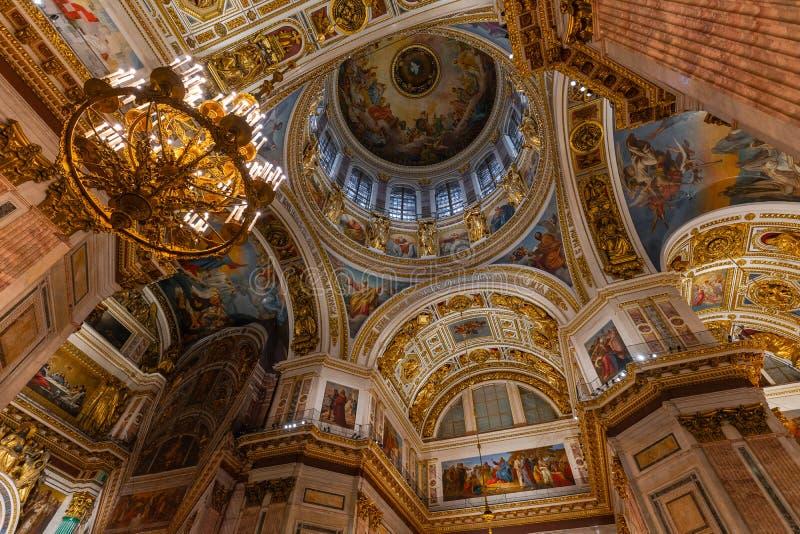 SAN PIETROBURGO, RUSSIA - 2 gennaio 2019: Bello interno della cattedrale della st Isaac Soffitto lussuoso e cupola dentro fotografia stock