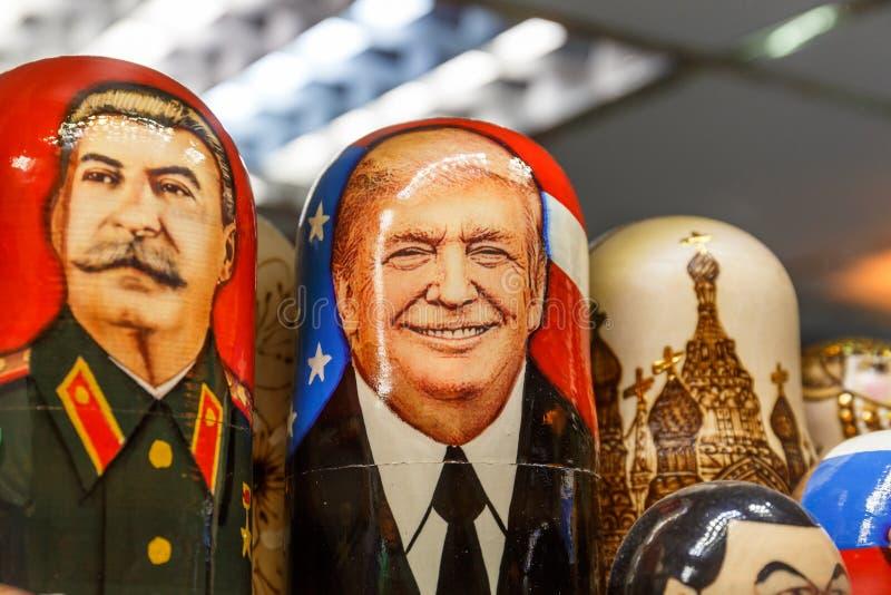 San Pietroburgo, RUSSIA - 1° giugno 2017: Matryoshka - giocattolo tradizionale russo con i ritratti di Donald Trump e di Joseph S fotografie stock libere da diritti