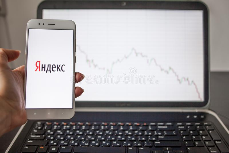 SAN PIETROBURGO, RUSSIA - 14 MAGGIO 2019: logo dell'azienda delle tecnologie dell'informazione russa Yandex sui precedenti dei gr fotografie stock libere da diritti