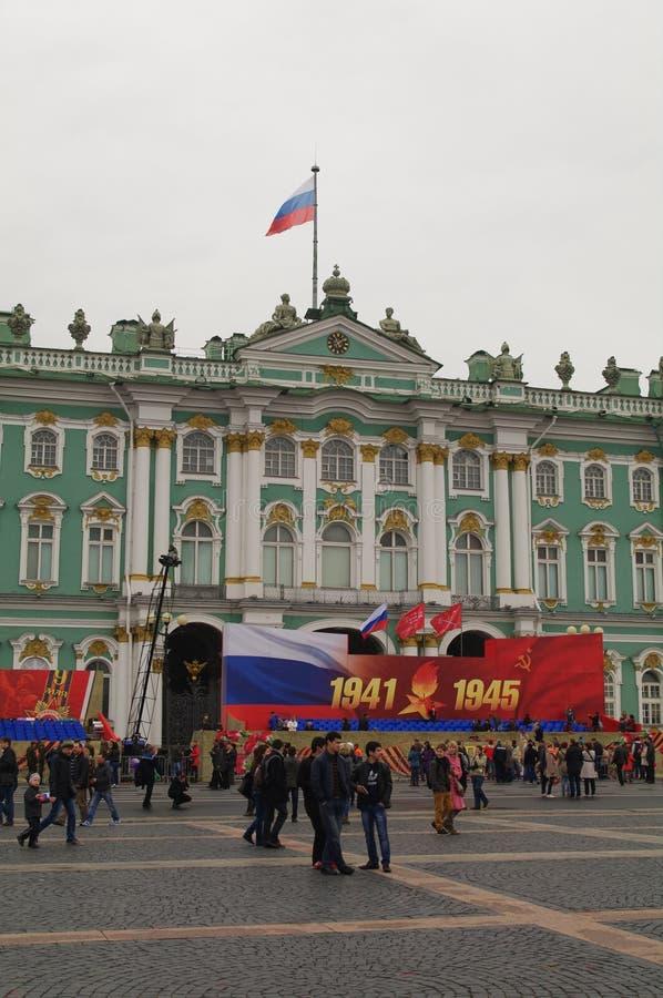 SAN PIETROBURGO, RUSSIA - 9 maggio 2014: Victory Day Parade ha tenuto tradizionalmente al quadrato del palazzo fotografie stock libere da diritti