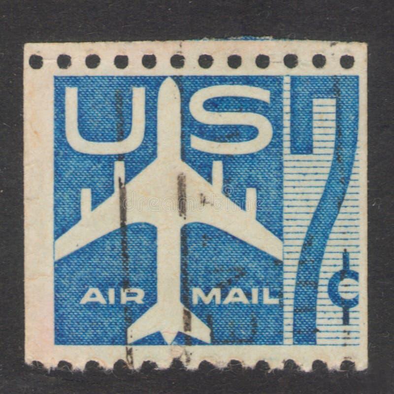 San Pietroburgo, Russia - 17 novembre 2019: Il francobollo stampato negli USA mostra una silhouette di Jet Airliner, circa 1958 immagine stock libera da diritti