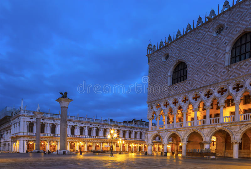 San quadrado Marco Piazza San Marco com o palácio Palazzo Ducale do ` s do doge na noite, Veneza fotografia de stock royalty free