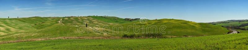 SAN QUIRICO D ` ORCIA, TOSCANIË/ITALIË - BRENG 31, 2017 IN DE WAR: Panoramamening van de groene heuvels in val` D ` orcia, dichtb royalty-vrije stock afbeeldingen