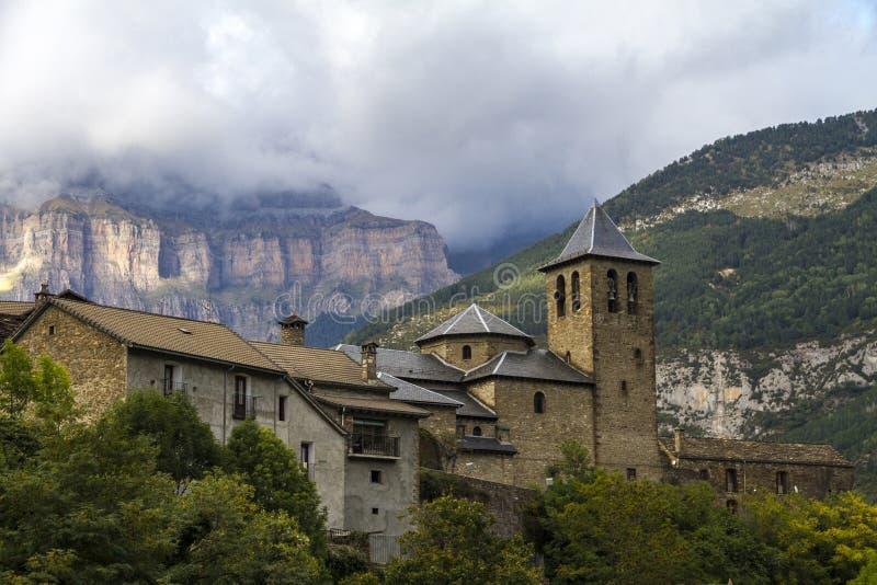 San Salvador Church in Torla, nahe bei Ordesa y Monte Perdido National Park im Tal von Ordesa stockbild