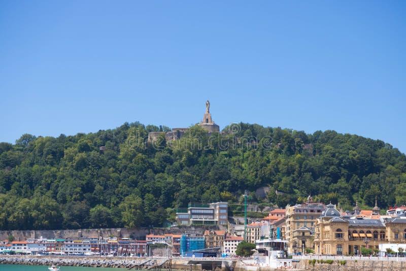 San Sebastián/España – 10 05 2019: Playa del concha del la de San Sebastián en España durante verano con muchos turistas foto de archivo libre de regalías