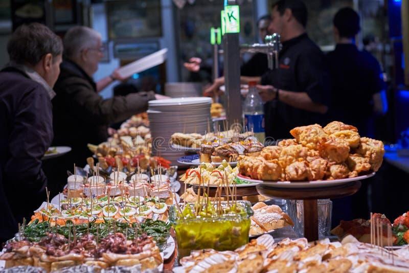 San Sebastià ¡ n, Donostia, Baskisch Land, Spanje; bar van San Sebastian van 03-18-2019 de typische waar tapas en pinchos worden  royalty-vrije stock afbeeldingen