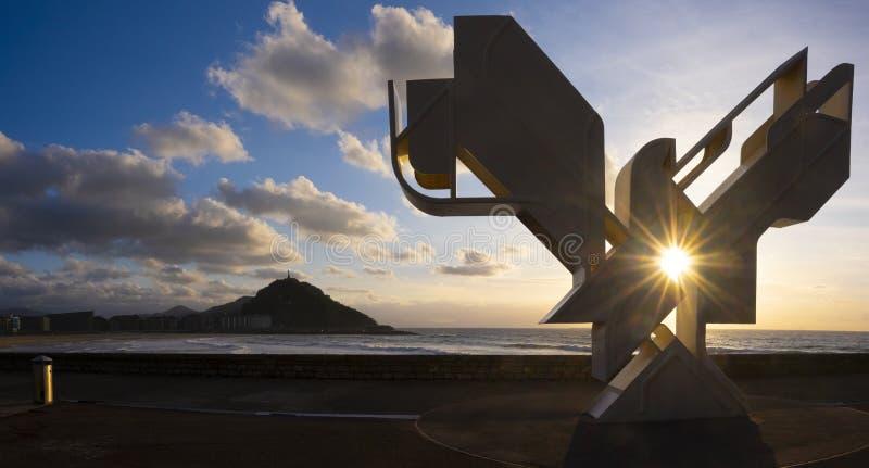 SAN SEBASTIAN, SPAGNA - 20 MAGGIO 2018: Colomba di pace, scultura alla città di San Sebastian, Paese Basco del monumento immagine stock
