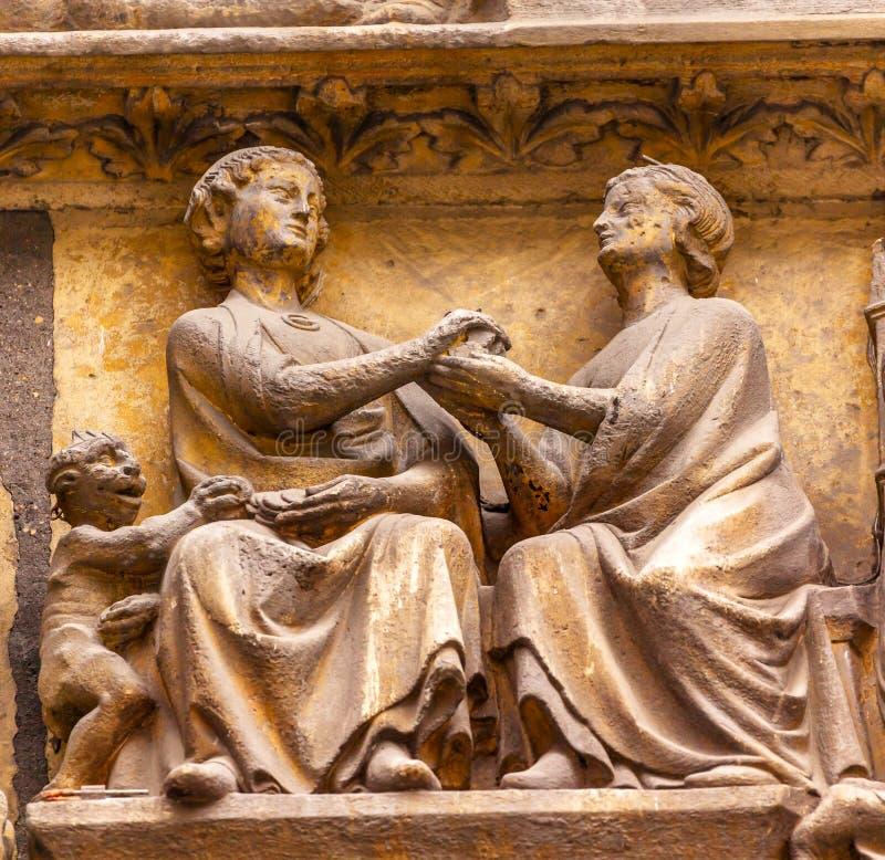 San Severin Church Paris France delle statue del diavolo della donna dell'uomo immagini stock libere da diritti
