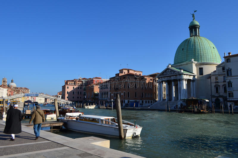 San Simeone Piccolo Church på Grand Canal i Venedig, Italien royaltyfria foton