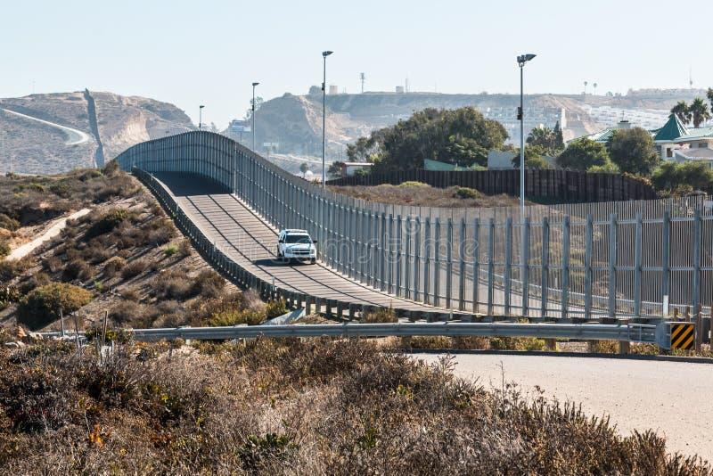 San Tijuana granicy międzynarodowa ściana i patrolu granicznego pojazd fotografia stock