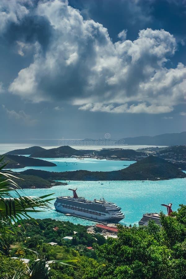 San Tommaso/Isole Vergini americane - 31 ottobre 2007: Vista aerea della porta di Charlotte Amalie con le navi da crociera messe  fotografia stock