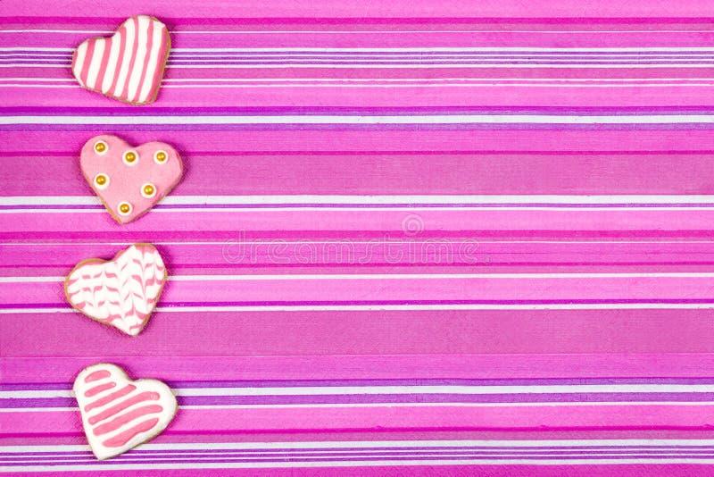 San Valentino al forno dei biscotti a forma di del cuore immagini stock