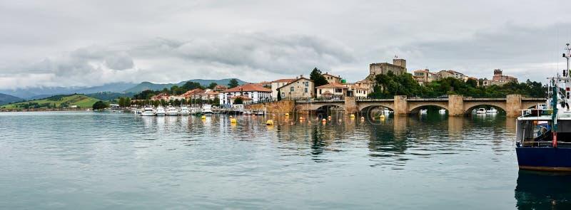 San Vicente de la Barquera do porto foto de stock