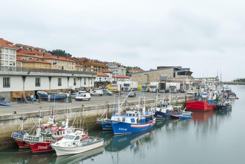 San Vicente de la Barquera, septembr 04,2016 de España: barcos de pesca en puerto imágenes de archivo libres de regalías