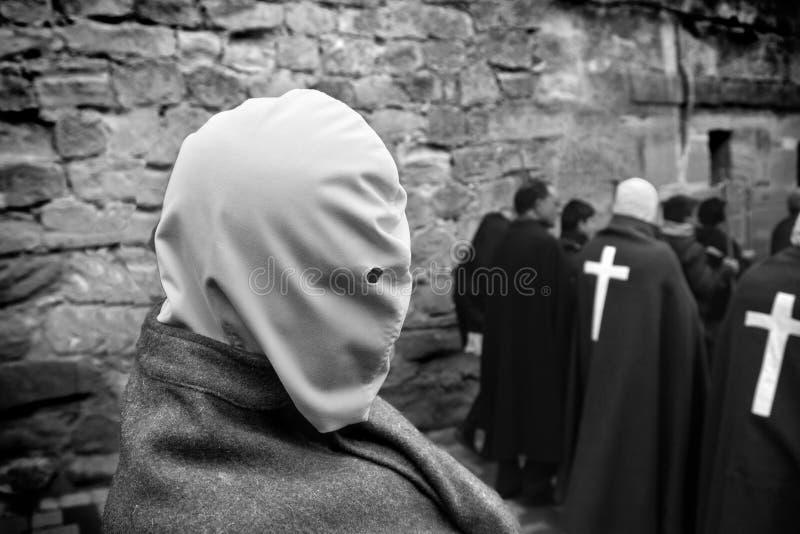 SAN VICENTE DE LA SONSIERRA, ESPAÑA - VIERNES SANTO VIERNES 6 DE ABRIL: El hombre hace penitencia con la uno mismo-flagelación du fotografía de archivo libre de regalías