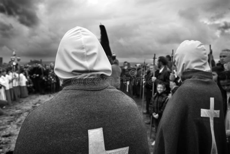 SAN VICENTE DE LA SONSIERRA, ESPAÑA - VIERNES SANTO VIERNES 6 DE ABRIL: El hombre hace penitencia con la uno mismo-flagelación du foto de archivo