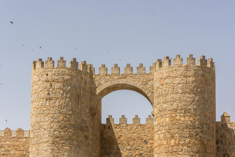 San Vicente Gate y paredes de la ciudad histórica de Ávila, Castilla y León, España foto de archivo