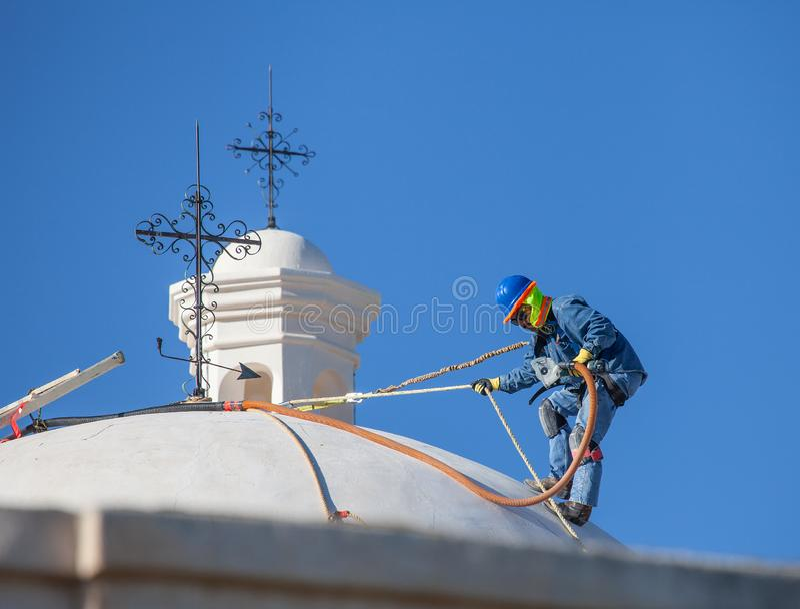 San Xavier del Bac Mission - Wiederherstellungs-Arbeitskraft lizenzfreie stockbilder