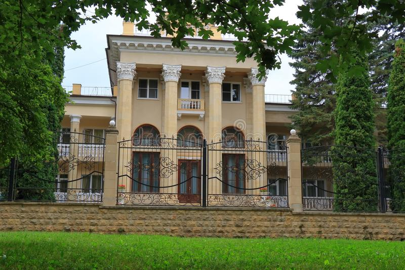 Sanatório de Zhemchujina Kavkaza em Kislovodsk, Rússia foto de stock