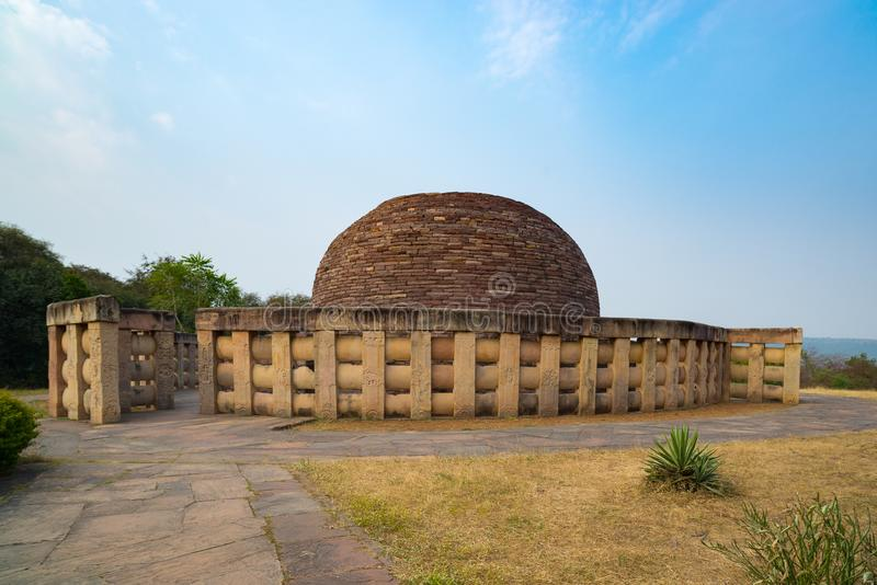 Sanchi stupa, antyczni buddyjscy hinduscy statua szczegóły, religii tajemnica, rzeźbiący kamień Podróży miejsce przeznaczenia w M obrazy royalty free