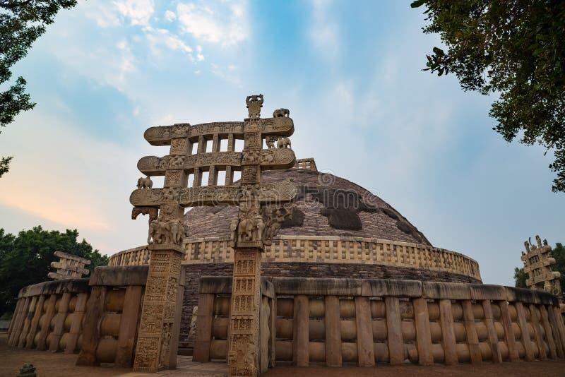 Sanchi stupa, Antyczny buddyjski budynek, religii tajemnica, rzeźbił kamień Podróży miejsce przeznaczenia w Madhya Pradesh, India fotografia royalty free