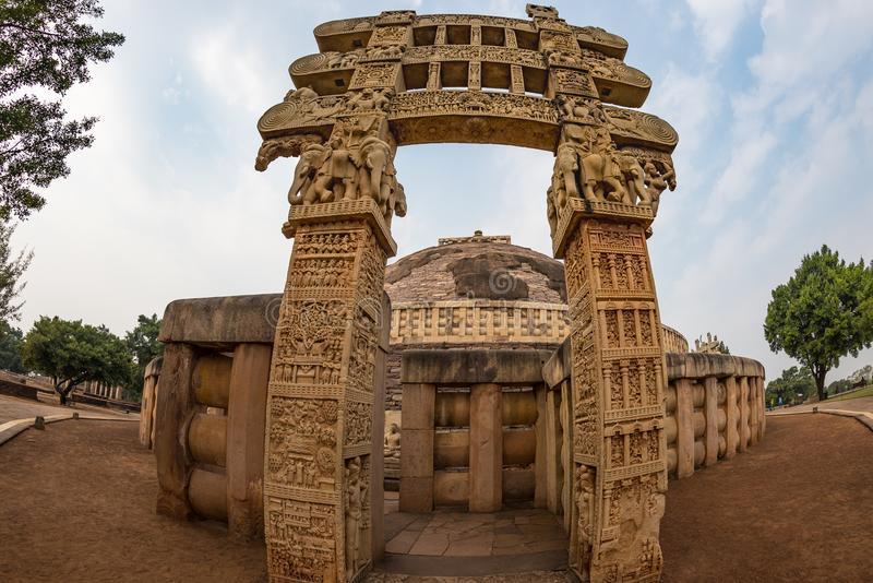 Sanchi Stupa, edificio budista antiguo, misterio de la religión, talló la piedra Destino del viaje en Madhya Pradesh, la India imágenes de archivo libres de regalías
