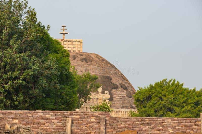 Sanchi Stupa, edificio budista antiguo, misterio de la religión, talló la piedra Destino del viaje en Madhya Pradesh, la India fotografía de archivo libre de regalías