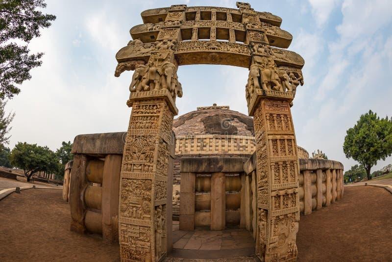 Sanchi Stupa, forntida buddistisk byggnad, religiongåta, sned stenen Loppdestination i Madhya Pradesh, Indien royaltyfria bilder