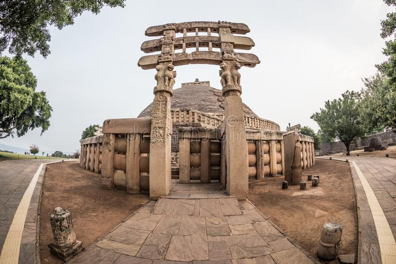 Sanchi Stupa, Madhya Pradesh, India La costruzione buddista antica, mistero di religione, ha scolpito la pietra Cielo di alba fotografie stock libere da diritti