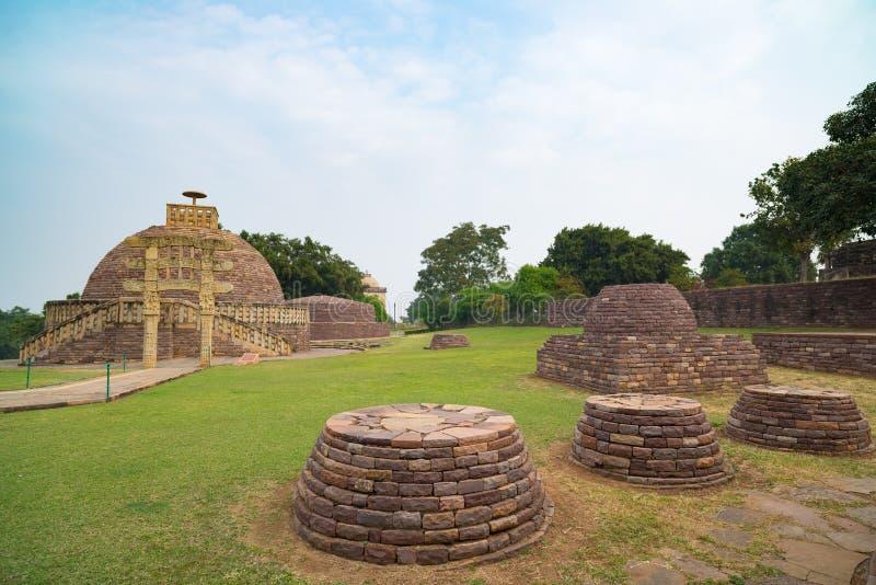 Sanchi Stupa, Madhya Pradesh, Indien Forntida buddistisk byggnad, religiongåta, sned stenen arkivfoton
