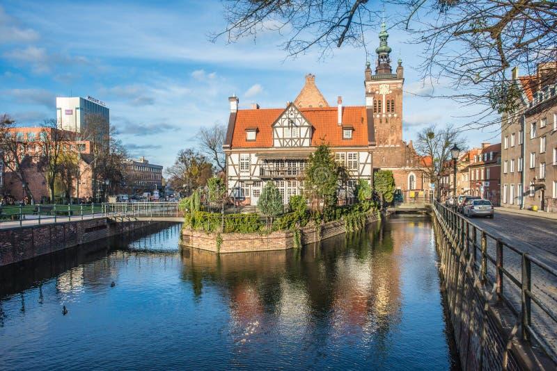 Sanct Catherine; gotisk kyrka för s och mjölnares hus i den gamla staden av Gdansk, Polen royaltyfri fotografi