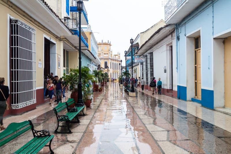 SANCTI SPIRITUS, KUBA - 7. FEBRUAR 2016: Leute gehen an der Fußgängerzone in Sancti Spiritus, Cu lizenzfreies stockfoto