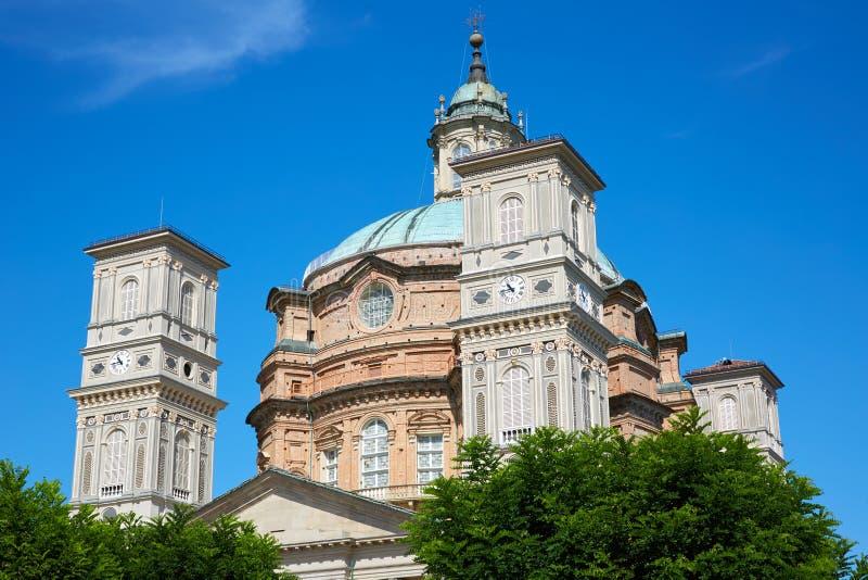 Sanctuaire d'église de Vicoforte avec la tour de cloche et de bâtiment de briques rouges dans un jour d'été dans Piémont, Italie photos libres de droits
