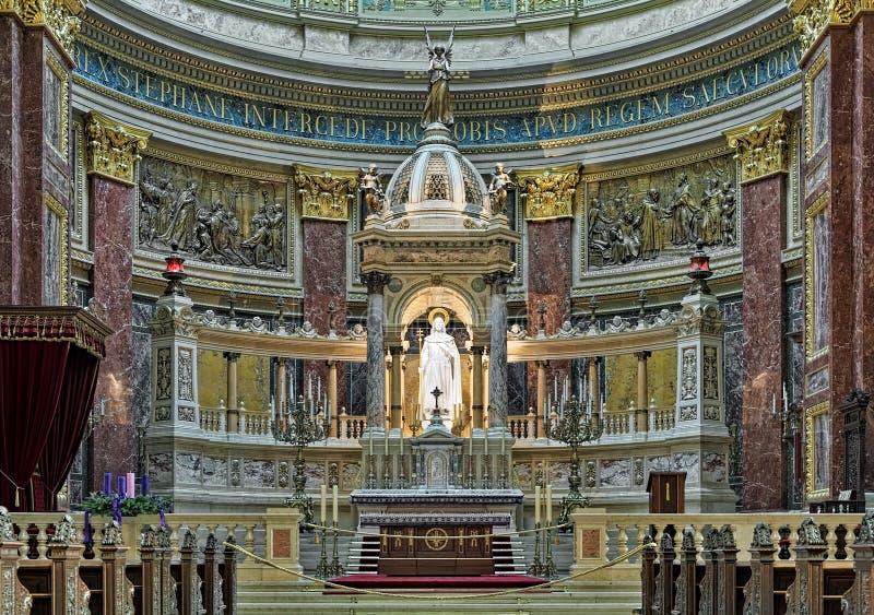 Sanctuaire et autel de basilique du ` s de St Stephen à Budapest, Hongrie photo stock