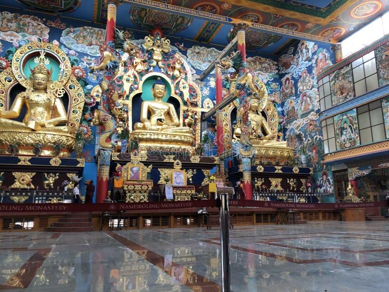 Sanctuaire intérieur de monastère de Namdroling Nyingmapa photo libre de droits