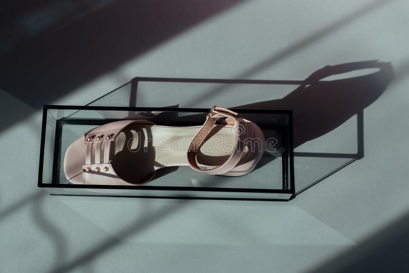 Sandália bonito, sombra da janela, suporte de vidro fotos de stock royalty free