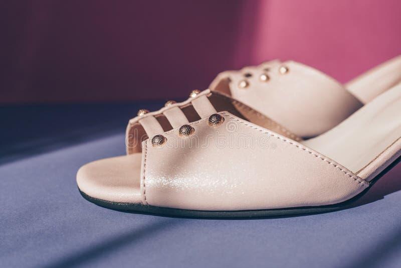 Sandálias brilhantes bonitos, sombra da janela foto de stock