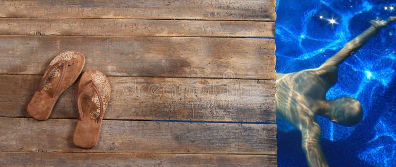 Sandálias de Brown na madeira imagens de stock