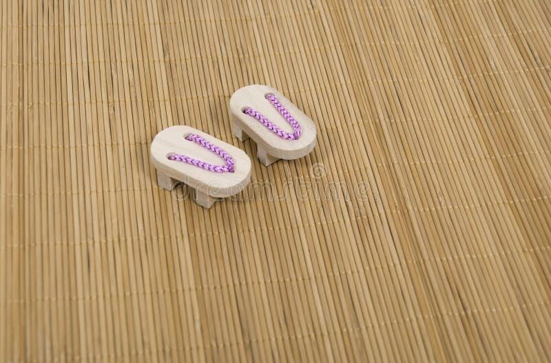 Sandálias do Geta na esteira da grama fotos de stock royalty free