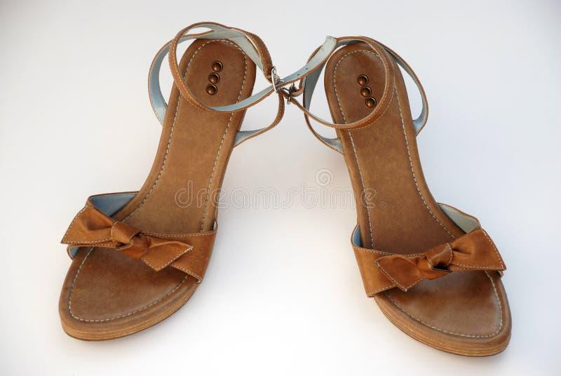 Sandálias marrons do verão das mulheres imagens de stock royalty free