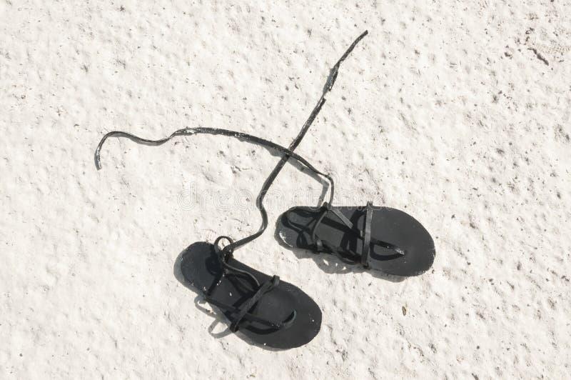 Sandálias na areia foto de stock